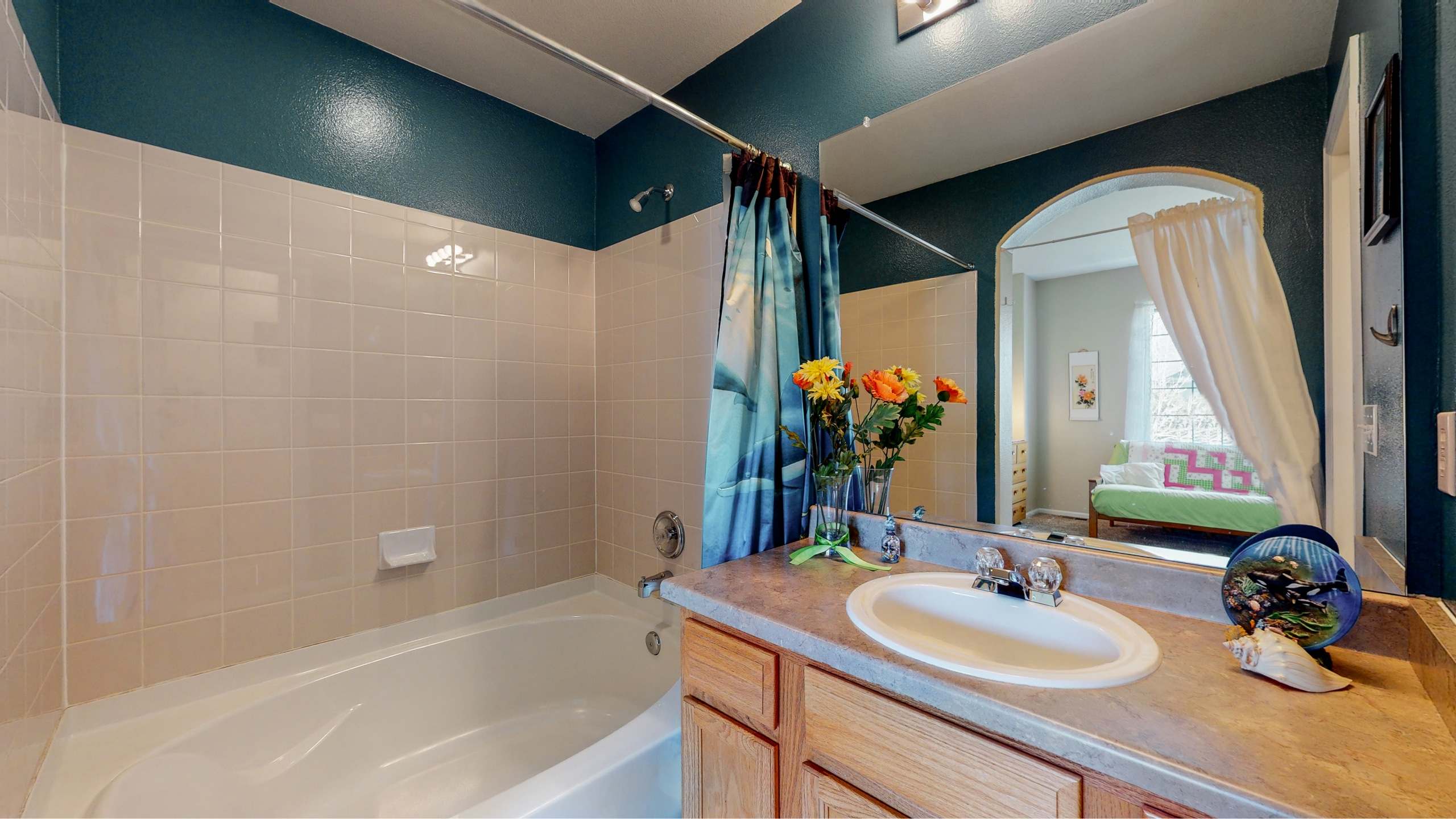 Extra Bedroom Private en Suite Bathroom with oversized tub